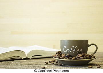 a, 杯咖啡用豆, 上, the, 背景, ......的, a, book., 集中, 在這邊緣, ......的, the, 杯子