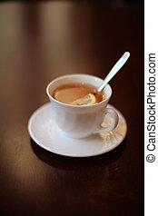 a, 白いコップ, の, お茶, ∥で∥, レモン, 上に, a, テーブル。, 浅い, dof.
