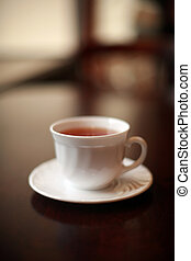 a, 白いコップ, の, お茶, 上に, a, グロッシー, テーブル。, 浅い, dof.