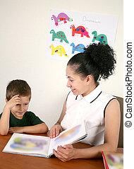 a, 老師, 閱讀, a, 書, 由于, 她, 幼儿園, 學生