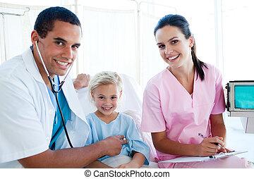 a, 醫生, 檢查, the, 脈衝, 上, a, 微笑的小女孩