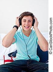 a, 青少年, 人, 听, 到, the, 音樂, 在, 他的, 寢室
