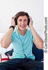 a, 青少年, 人, 坐, 上, 他的, 床, 听, 到, the, 音樂