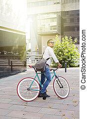 a, 나이 적은 편의, 유행, 남자, 와, 색안경, 자세를 취함, 의 옆에, 그의 것, bicycle.