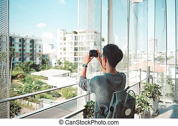 a, 남성, 여행자, 사진을 가지고 가는, 을 사용하여, 포도 수확, 카메라., 도시, 생활 양식