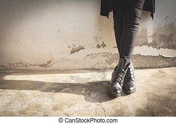 a, 여자, 다리, 착용하는 검정, 시동, 와, 높은, heel., 세피아, tone.
