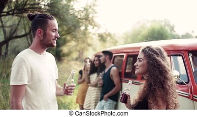 a, 친구의 그룹, 서 있는, 옥외, 통하고 있는, a, roadtrip, 완전히, 시골, 멋들어지게,...