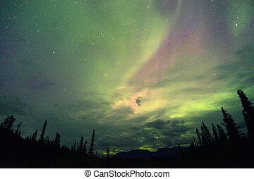 a, aurora boreal, emergir, através, a, nuvens, em, remoto, alasca