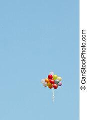 a, bündel, gemalt, luftballone, in, a, blauer himmel, fliegen weg