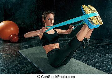 a, barna nő, atlétikai, nő, gyakorlás, noha, gumi, szalag