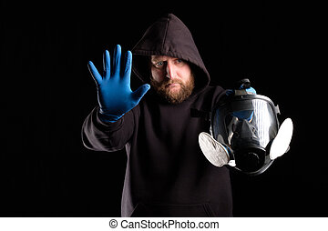 a bearded man stretched his hand forward, interfering, there is no way to stop, you must wear a gas mask respiratory
