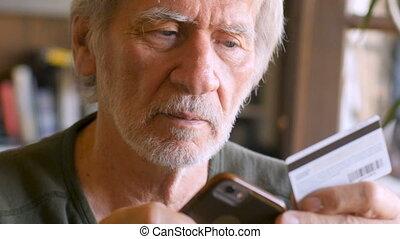 a, beau, homme âgé, magasins, à, carte de débit, faire, achat, sur, a, intelligent, téléphone