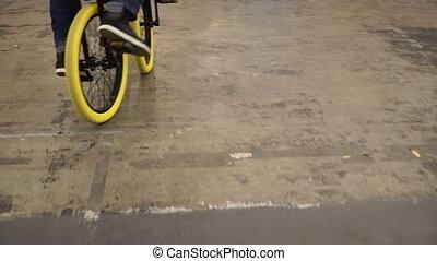 A bike. The guy kataetsya on an unusual bike