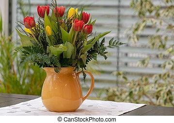 a, blumengebinde, von, bunter , tulpen, steht, in, a, gelber , blumenvase
