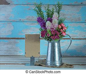 a, bouquet, de, artificiel, rose, fleurs, dans, galvanize, boîte, et, note papier, ensemble, sur, retro, bleu, bois, fond, vie