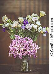 a, bukett, av, purpurfärgade blommor, in, a, glas vas, på, a, trä golvbeläggning, sarg, av, gammal, vintage.