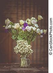 a, bukett, av, vita blommar, in, a, glas vas, på, a, trä golvbeläggning, sarg, av, gammal, vintage.