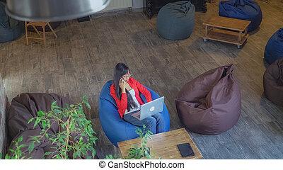 a, business, ordinateur portable, conversation., séduisant, femme, travaux