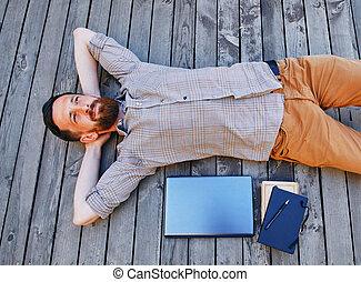 businessman in a break between work. He relaxes looking into the sky