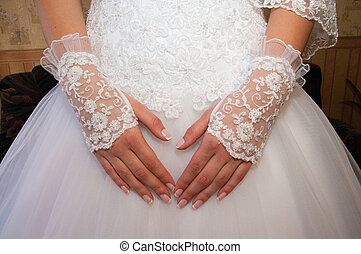 A close up on a bride hand.