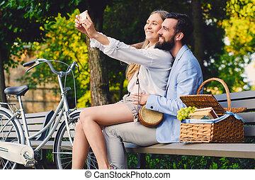 a, couple, date, faire, selfie, dans, a, park.