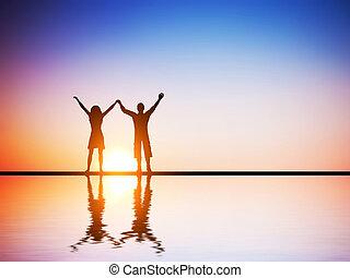 a, couple heureux, amoureux, debout, ensemble, à, mains ont élevé, à, coucher soleil