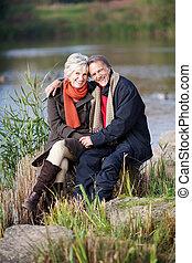 a, couples aînés, apprécier, à, les, lac