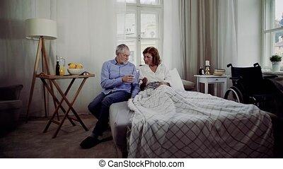 a, couples aînés, reposer lit, chez soi, a, homme, donner,...