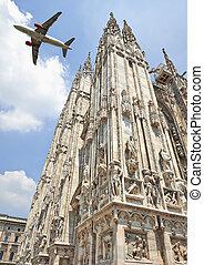a, düsenflugzeug, fliegendes, niedrig, aus, der, mailand kathedrale