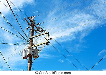 a, elektrisch, stange, mit, transformator, und, draht, der, trüber himmel