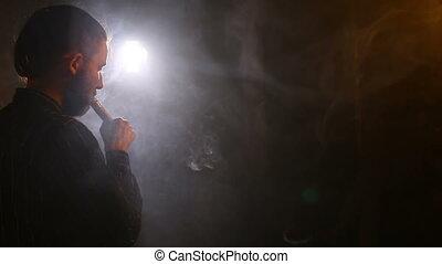 a, ember, dohányzik, egy, elektronikus, cigaretta, -ban, a,...