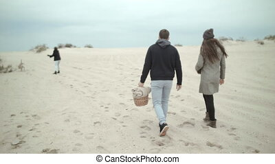 a, famille heureuse, came, à, les, plage, pour, a, picnic., dog.