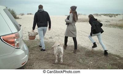 a, famille heureuse, came, à, les, plage, pour, a, pique-nique
