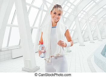 a, fitness, girl, porter, blanc, sports, vêtements, à, serviette blanche, et, bouteille eau