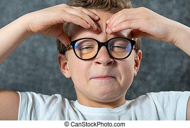 a, garçon, mal tête, lunettes