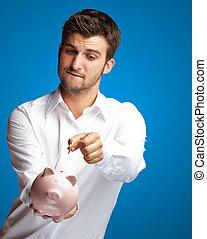 a, geschäftsmann, setzen, a, muenze, in, a, rosafarbene piggy bank