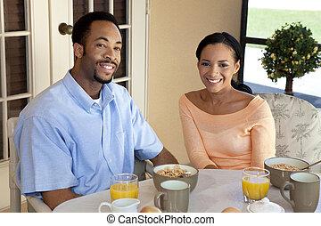 a, glücklich, afrikanischer amerikanischer mann, und, frau, paar, in, ihr, dreißiger jahre, sitzen draußen, haben, a, gesundes frühstück