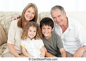 a, glückliche familie, auf, ihr, sofa, anschauen kamera