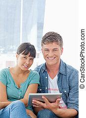 a, grand plan, coup, de, a, couple, tenir tablette, pc, quoique, examiner appareil-photo