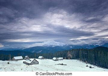 a, groß, dorf, in, der, carpathian, berge, schneebedeckt, berge, trüber himmel, winter