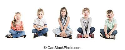 a, groupe, de, cinq, jeunes enfants, dans, studio