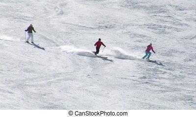 a, groupe, de, trois, skiiers, virage, dans, formation