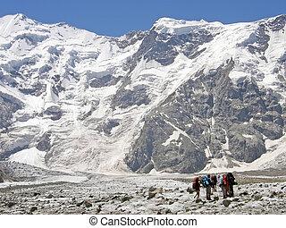 a, grupp, av, alpinists, är, i fjällen, av, kaukasus