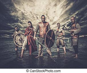 a, grupp, av, beväpnat, vikings, stående, på, den, flod, shore.