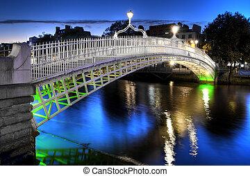 a, ha'penny bridzs, alatt, dublin, írország, éjjel