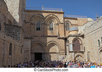 A huge crowd of tourists and worshipers - The square in...