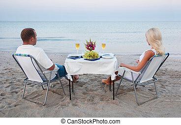 a, jeune couple, part, a, dîner romantique, à, bougies, et, lunettes vin, sur, les, mer, plage sable