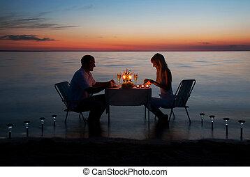 a, jeune couple, part, a, dîner romantique, à, bougies, sur, les, mer, plage sable