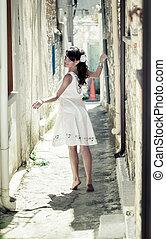 a, jeune fille, marche, par, les, rue étroite