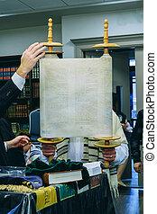 a, judisk, man, lyften, a, torah bläddra, som, han, tar, del, in, a, shacharit, bön, a, grupp, av, ultra-orthodox, be, den, morgon, bön